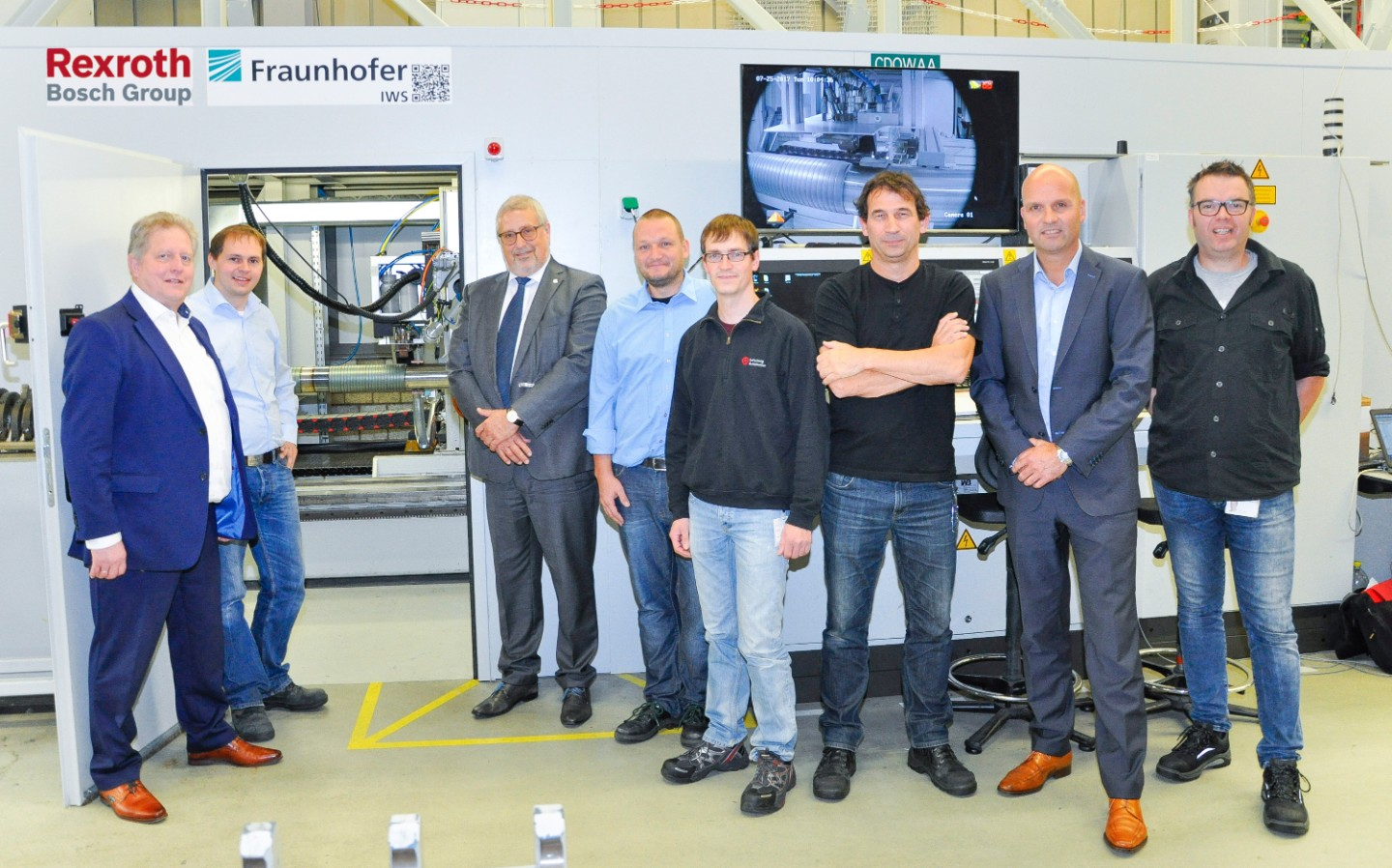Inaugurated the modified system: Dipl.-Ing. Bernd Bodenstedt (l.) and Prof. Dr. Eckhard Beyer (3. f. l.) with Holger Hillig (2. f. l.), Jan Hannweber (4. f. l., both Fraunhofer IWS), Rene Weidauer (LSA, 5. f. l.) as well as Uvar Broug, Arthur Brussaard and Roy Orbon (Bosch Rexroth, f. l.).