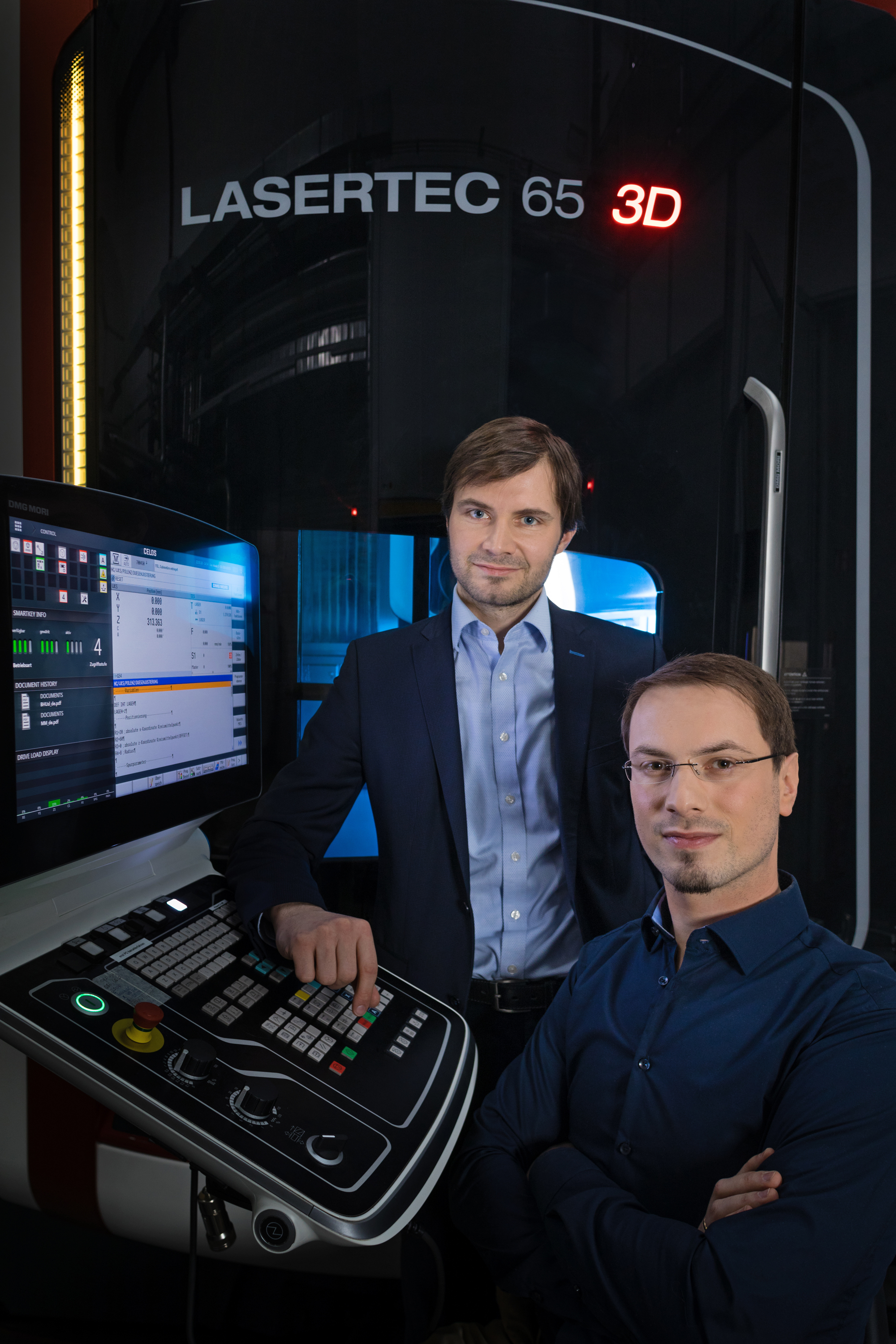 Professor Frank Brückner and Mirko Riede (from the left) have developed microstructures that, among other things, extend the life of the thermal barrier coatings.
