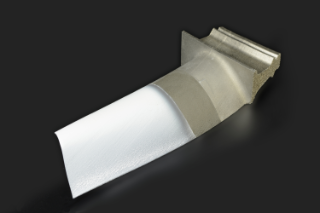 Turbine blade with a thin ceramic coating of yttrium-stabilized zirconium oxide (YSZ): such a thermal barrier coating allows a higher operating temperature in the turbine, which improves the fuel yield.